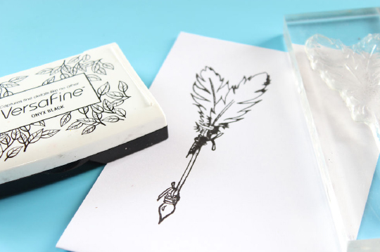 Jowilina Nolte creates a Follow Your Hear encouragement card with On Point Glue, Memento, VersaFine and glitter. green, purple, glam, arrows, feathers, embellishments, bronze brad.