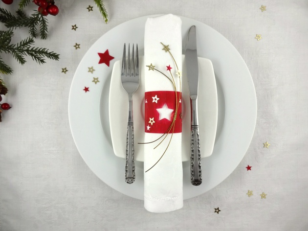 The napkin rings are full of bright red color, combined with the gold wires and stars to bring a festive and glamorous air on your table.