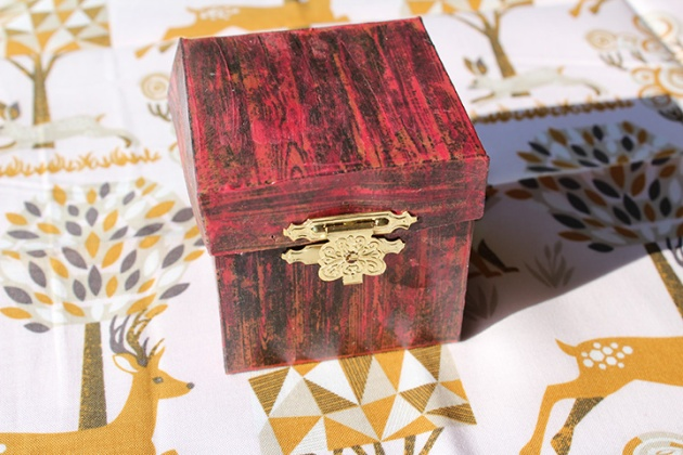 Watch a Video on How to Create a Little Gift Box by Jennifer Vanderbeek.
